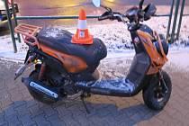 Řidič motocykli ve středu brzo ráno nezvládl řízení na zasněžené silnici u kruhového objezdu v Chodově.