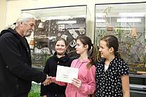 ŽÁKYNĚ kraslické základní školy včera předaly správci Záchranné stanice Drosera v Bublavě ve školním zookoutku část výtěžku ze školního vánočního jarmarku.