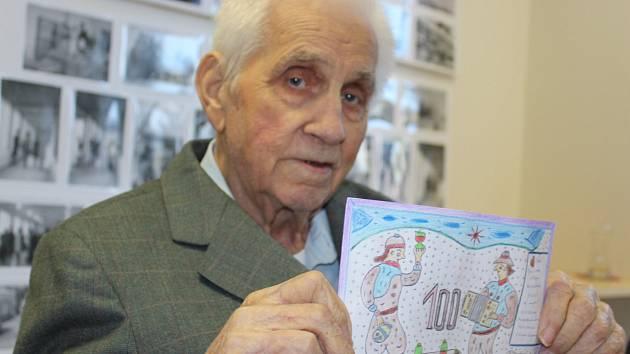Svatoslav Karpíšek na své stoleté narozeniny namaloval přítomným hostům obrázek