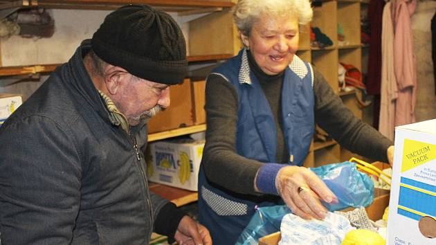 Šatník farní charity. Darované oblečení pracovníci vytřídí a potřební si sem dvakrát v týdnu mohou přijít.