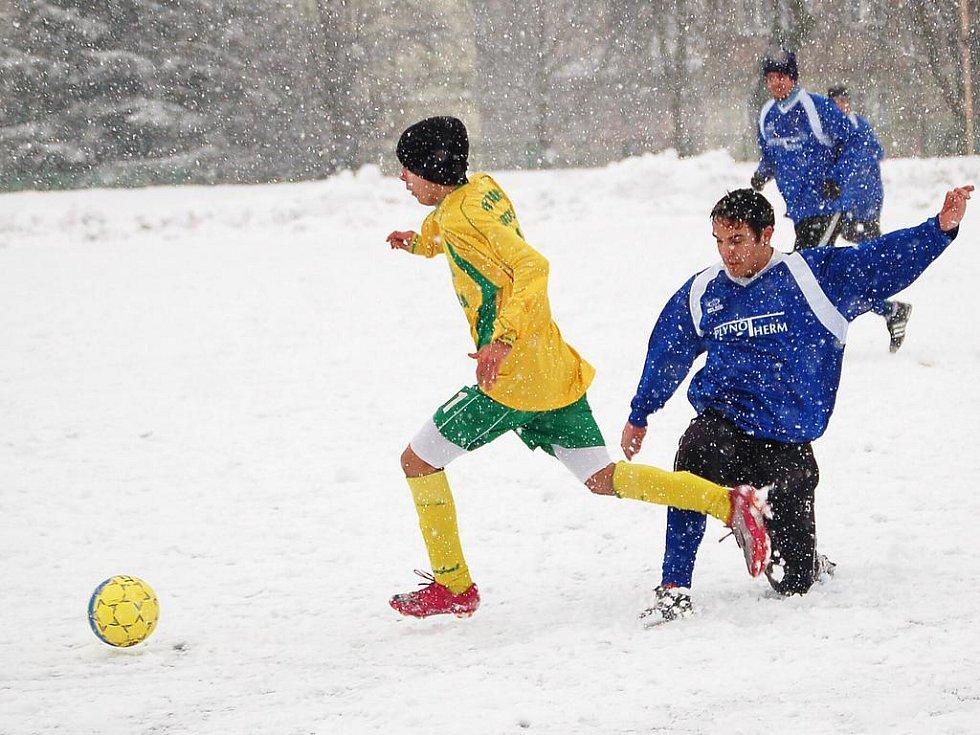 Zimní turnaj u sportovní haly: Baník Union Nové Sedlo (v modrém) - Baník Sokolov U17