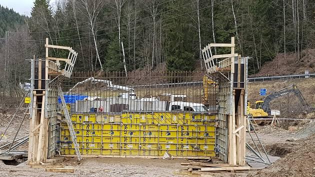 Stavba nové křižovatky v Anenském údolí