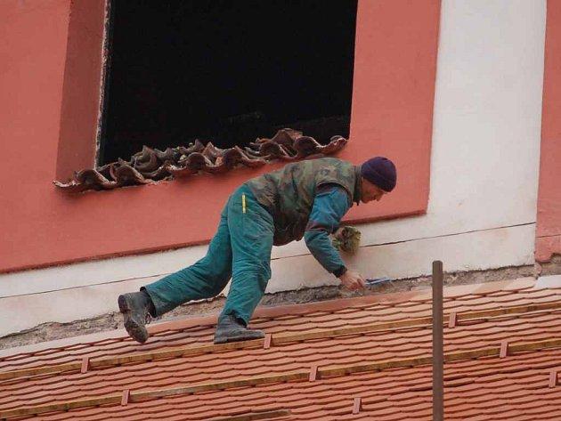 Rekonstrukce kostela sv. Vavřince v Chodově se zpozdila o více než měsíc.