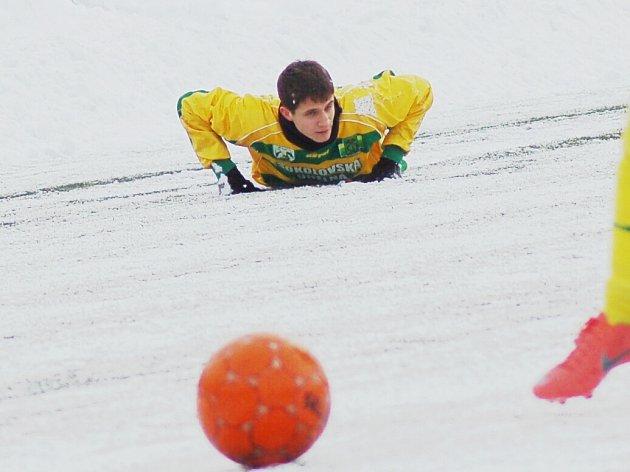 Zimní turnaj Baníku Sokolov: FK Baník Sokolov U19 - Baník Královské Poříčí (v černém)