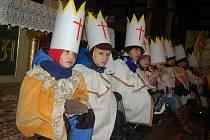 TŘÍKRÁLOVÁ sbírka začala například v Kraslicích v kostele Božího těla pod patronací tamní farní charity. Už na místě přispěli první lidé. Těm zazpívali místní mladí zpěváci ze základní umělecké školy a zahráli i akordeonisté.