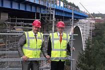 PROHLÉDL SI STAVBU. Hejtman  Karlovarského kraje Josef Novotný (vlevo) a ministr dopravy Vít Bárta si prohlédli také stavbu mostu nedaleko Sokolova