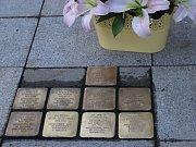 V Chodově přibyly tři kameny zmizelých, které připomínají další členy rodiny židovského obchodníka Eduarda Kronbergera.
