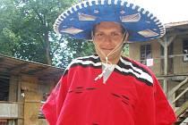 Dobrovolník Edgar z Mexika se práce chopil s plnou vervou.