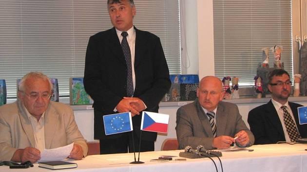 Konferenci projektu ReSource zahájil starosta Chodova Josef Hora (druhý zleva).