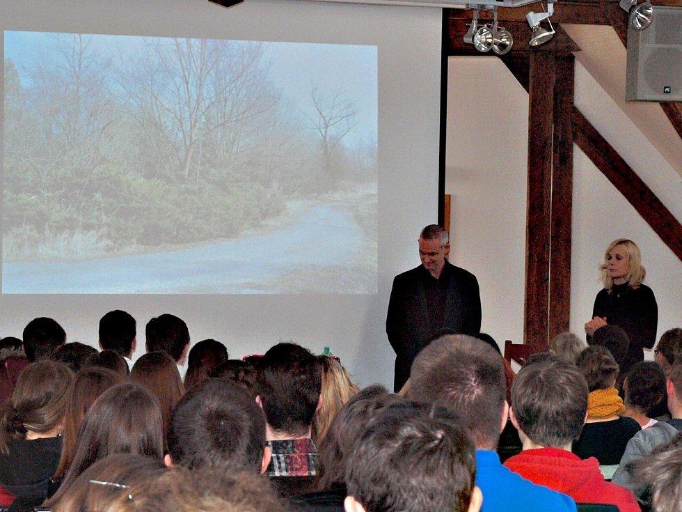 SPISOVATEL Jiří Hájíček četl studentům.