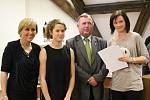 Nejúspěšnější žáci Karlovarského kraje v soutěžích za školní rok 2016/2017 převzali v sále Pluhova domu ocenění.