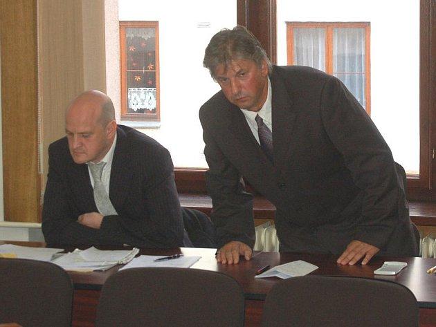 Chebský stomatolog  Jaroslav Révay (vpravo) u Okresního soudu v Sokolově.