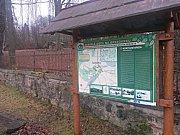 Bývalí rodáci vyhledávají místa svých zaniklých obcí.