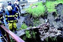 VODA podemlela opěrnou zeď u domu ve Stříbrné. Sutiny rozbily okna objektu. Na vině jsou podle vlastníků silničáři, kteří podle nich pochybili při opravách silnice.