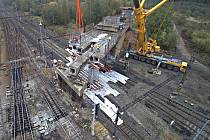 Modernizace železnice. Nejpozoruhodnější byla demontáž bývalého mostu vlečky přes železniční trať.