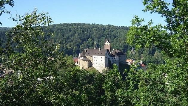 Vyhlídka na hrad Loket ze Šibeničního vrchu.