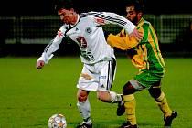 Nejlepším hráčem Baníku v Hradci byl Brazilec Costa (v souboji s Vítem).