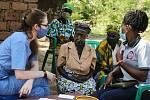 Sokolovská rodačka, studentka Lékařské fakulty Univerzity Karlovy na lékařském výjezdu v Ugandě
