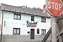 NA RUŠENÍ nočního klidu v ulici 5. května si stěžují její obyvatelé. Nově tam byla otevřena diskotéka Atlanta.