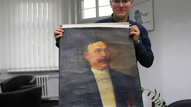 Miloš Bělohlávek ukazuje obraz prvního chodovského starosty z roku 1902.