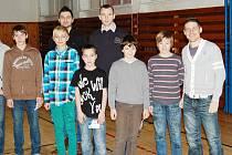 Hráči A - týmu s žáky na 1. ZŠ v Sokolově