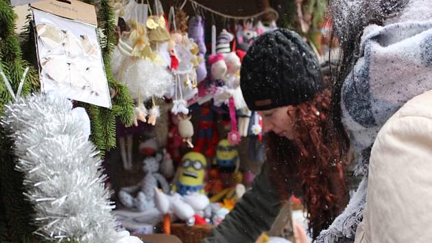 Vypravit se o víkendu můžete na rozsvěcení stromů spojené s vánočními trhy. 6