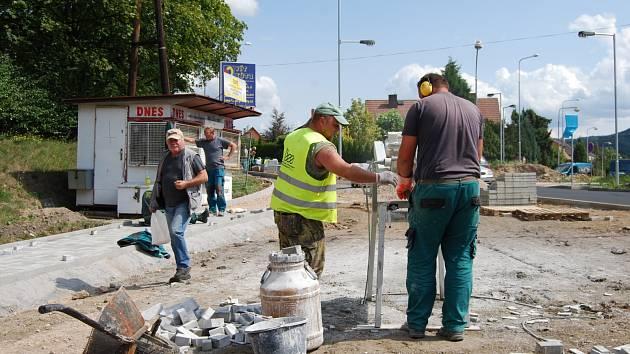 DĚLNÍCI při stavbě nové křižovatky ulic Boženy Němcové – Sokolovská – Slovenská. V pozadí zavřená trafika.