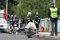 MOTORKÁŘ havaroval po projetí zatáčky na mostě přes řeku Ohři v Lokti. Na místě zasahovala policie, zdravotníci, ale i hasiči.