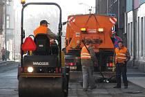 VČERA od sedmi hodin začala v ulici U Divadla platit dopravní značka zákaz zastavení. Silničáři zde vyspravovali výtluky po zimě. Hned po opravách byl spuštěn obousměrný provoz.