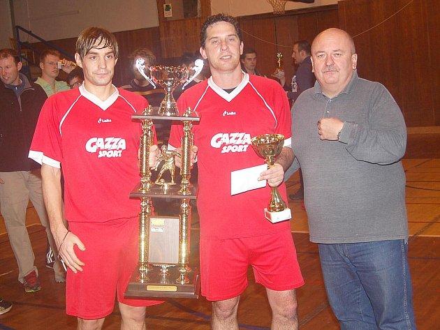 Putovní pohár převzal z rukou starosty Březové Miroslava Boudy Zbyněk Vondráček a Karel Tichota