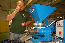 PROSLULÁ textilka Triola v Kraslicích je už minulostí. Šičky v továrně momentálně nahradily speciální lisy, které vyrábí přírodní oleje. Na snímku kontroluje výrobu ředitel Ladislav Hačecký.
