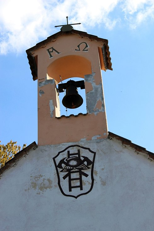 Štít se zvonicí.