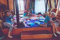 Letní piknik si kvůli deštivému počasí užívali účastníci přímo v chodovské knihovně.