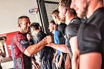 Trenér MMA Michael Madej se loučí s hokejisty Energie