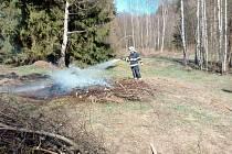 Muži při pálení klestu explodovali výpary z benzinu, vážně se popálil.
