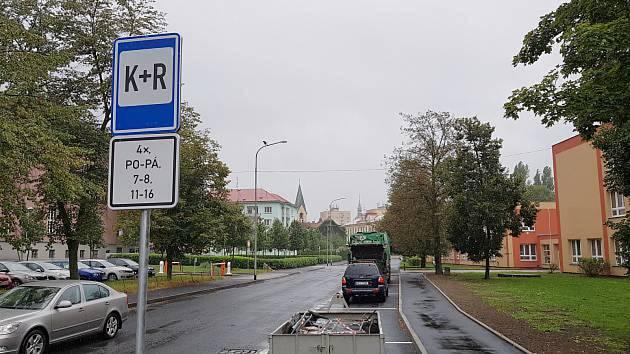 Parkoviště K+R v sokolovské ulici Pionýrů.