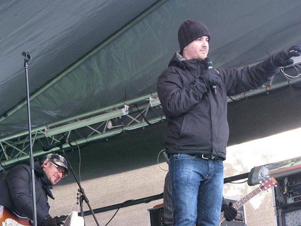 Kapela No Name zahrála na sjezdovce v Bublavě.
