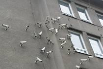Kontroverzní instalace Hnízdo na budově bývalé ZŠ v Sokolovské ulici
