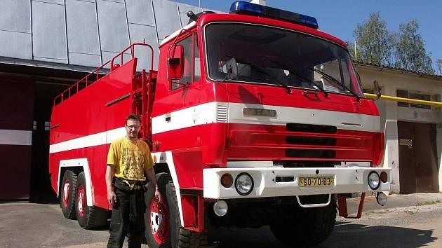 Na novou techniku čekají hasiči v Oloví. Zdejší cisterna sloužila 24 let a podle Jaroslava Smoligy (na snímku) například při zásahu u požáru pneumatik ve Vřesové s ní nebyl jediný problém.