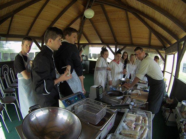 Díky účasti v projektu budou kuchaři a číšníci z 2. ročníku Střední školy živnostenské Sokolov profesně lépe vybaveni a konkurenceschopní.