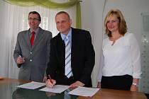 Zleva: místostarosta Karel Jakobec, starosta Jan Picka a místostarostka Renata Oulehlová