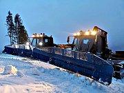 Vlekaři upravují pro lyžaře sjezdovky. Snímek je z horské Bublavy. Dnes chce spustit provoz Lišák ve Stříbrné.