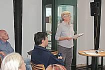Výstavu památníků v loketské knihovně doprovodila i přednáška Evy Vlasákové o historii těchto knížek.