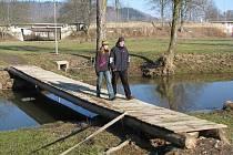 Tak vypadá dnes lávka na ostrůvek u vodáckého tábořiště v Kynšperku nad Ohří. Město tady má v plánu vybudovat most z pozinkovaného materiálu a zvelebit okolí kempu.