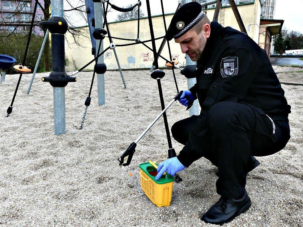 DO AKCE JEHLA se zapojili strážníci v Chodově. Na dětském hřišti nalezli injekční stříkačku.