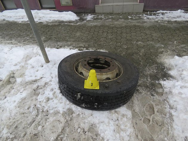 Autobusu v Sokolově ulétlo kolo. Odnesla to lampa a zaparkovaná auta.