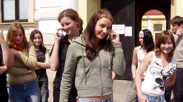 Telefonovat smějí žáci základní školy v ulici Rokycanova v Sokolově pouze venku.