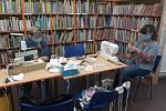 Sokolovské knihovnice se také pustily do šití roušek.