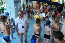 Sokolovští  záchranáři pořádají v plaveckém bazénu i závody mladých záchranářů. Tento měsíc zde přivítají nové adepty na plavčíky.