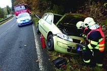 NEHODA NA SILNICI v Hraničné. Řidiči se udělalo nevolno, narazil do svodidel, přejel do protisměru, kde skončil v příkopu.
